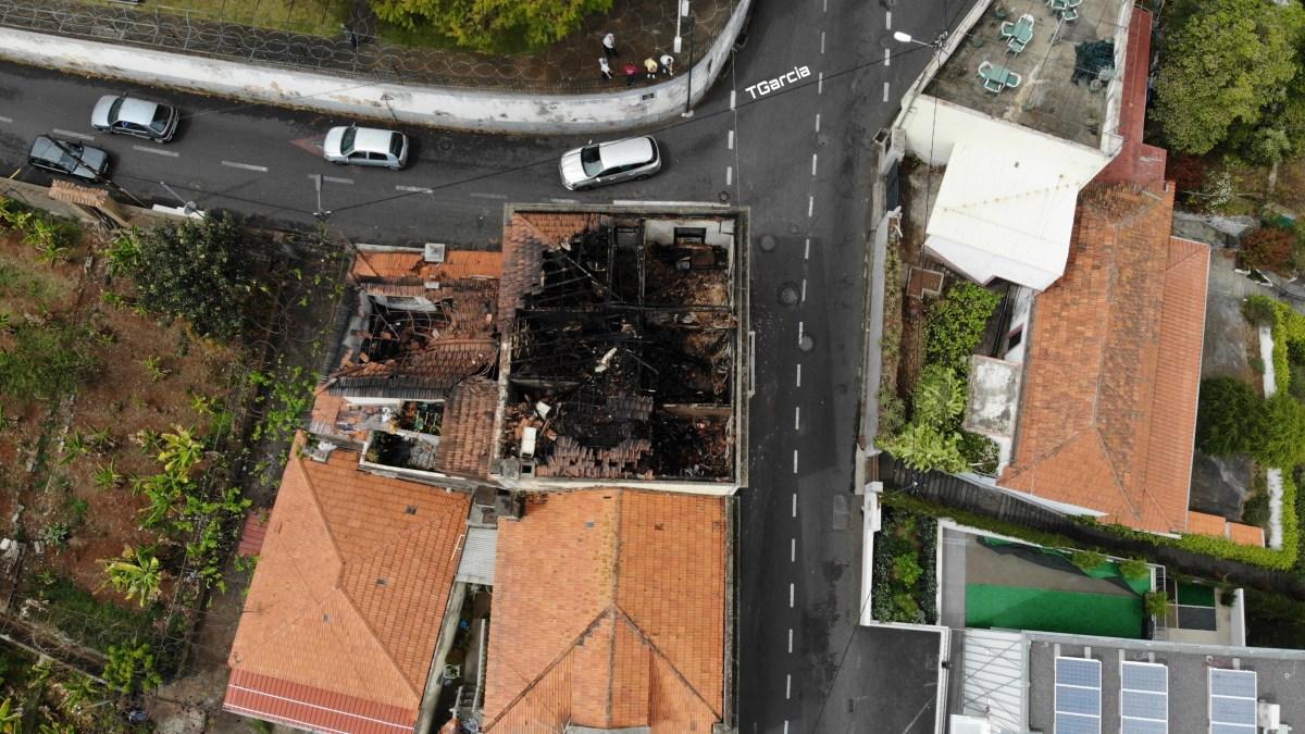 Veja como ficou a casa que ardeu ontem em Santo António