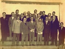 Associação Médica de Varginha – década de 1960 Fundada em 20 de maio de 1951, tendo como presidente o Dr. Oswaldo Valadão. A partir de 1953 na gestão do Dr. Mário Frota, a sede atual da Associação, na Av. Rio Branco, foi construída. 1ª fila - Dr. Donato Vale, Dr. José DelFraro, Dr. José Silvestre, Dr. José Marcos Xavier de Rezende, Dr. Amir Reis, Dr. Oswaldo Valadão. 2ª fila - Dr. José Marcos Filho, Dr. João Eugênio do Prado, Dr. Arnaldo Barbosa, Dr. Vivaldo Ferreira Garcia, Dr. Manoel Rodrigues, Dr. José Nogueira, Dr. Estevam Rezende, Dr. José Bíscaro, Dr. Arthur, José Braga Jordão, Dr. Mário Frota, Dr. Paulo Frota, Rocha e o rapaz, Marcos Frota, filho do Dr. Paulo Frota.