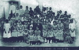 1ª Escola Mista – 1910 Fundada por Ana Cândida de Macêdo (esposa de Bernardino José Paulino). Na foto, alunos e suas filhas professoras: Astorlinda e Alice Macêdo.