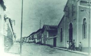 Rua Direita - atual Presidente Antônio Carlos - 1914 À direita a Companhia Vivaldi, responsável pelo sistema de luz elétrica em Varginha e inaugurada em 12 de abril de 1914. Anos depois, no mesmo local, instalou-se a CEMIG. Abaixo e ao lado desta construção existia o Teatro Municipal, que foi demolido para dar lugar ao Theatro Capitólio.