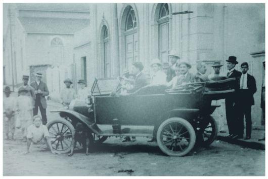 1º automóvel que circulou em Varginha - Rua Presidente Antônio Carlos. 1911.