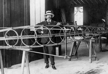 Santos-Dumont não era avesso à ideia de usar aeronaves em tempos de guerra, como armas defensivas, e era partidário da crença de que aviões militares poderiam impedir as guerras, mantendo a paz na Terra. https://fundacaorotary4651.wordpress.com/2016/09/02/o-dilema-do-inventor/