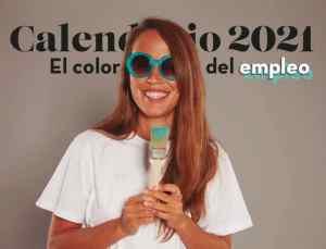 Texto: Calendario 2021, el color del empleo. Imagen: fotografía de María Petit sonriente. Lleva camiseta blanca, pelo suelo y gafas de color turquesa. Sostiene un pincel manchado de pintura azul turquesa con las dos manos a la altura del pecho.