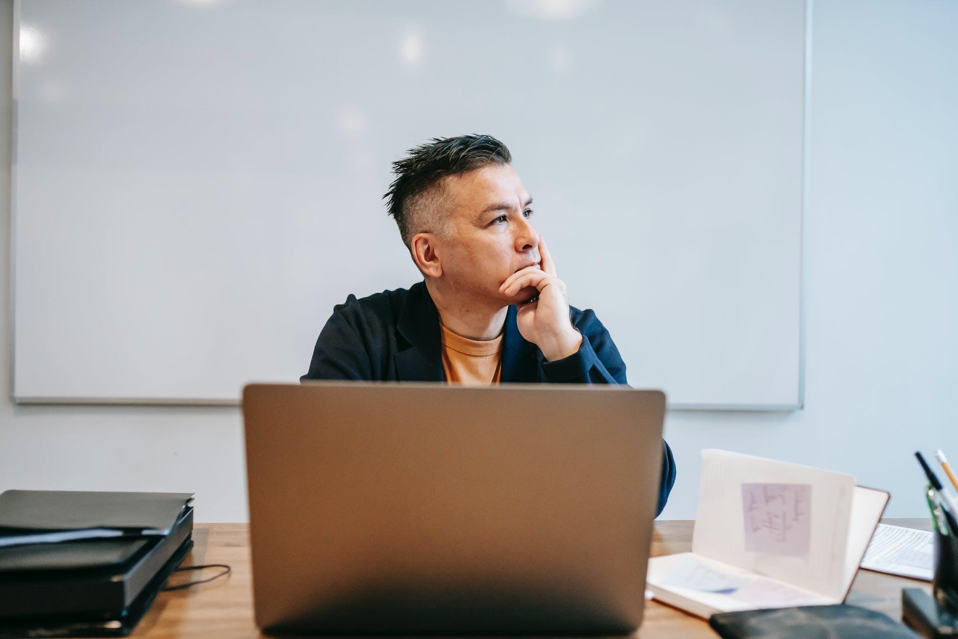 Hombre pensando frente al ordenador