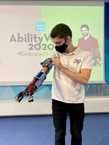 Fotografía de David Aguilar durante la Ability Week 2020. Aparece con una de sus prótesis de lego en su brazo derecho