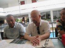 Jose Luis Peñavate mira cuidadosamente los planos del Arq. Santander Beleño.