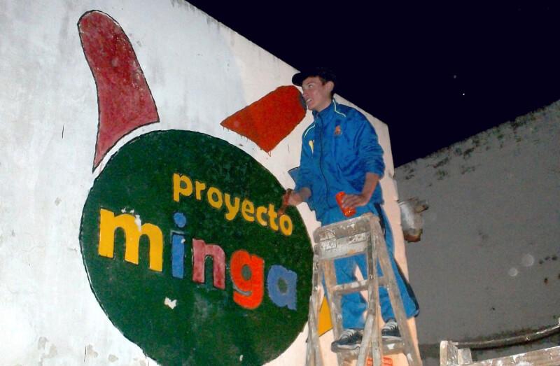 Pintando logo en fachada del primer local de Minga.