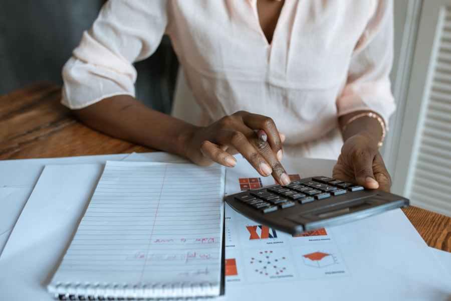 Mujer haciendo cálculos