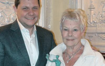 Judi Dench y Kenneth Branagh reciben el Premio Shakespeare