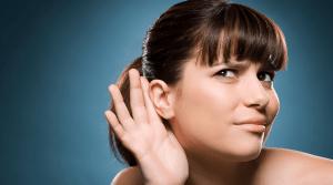 Mujer con gesto de no poder escuchar