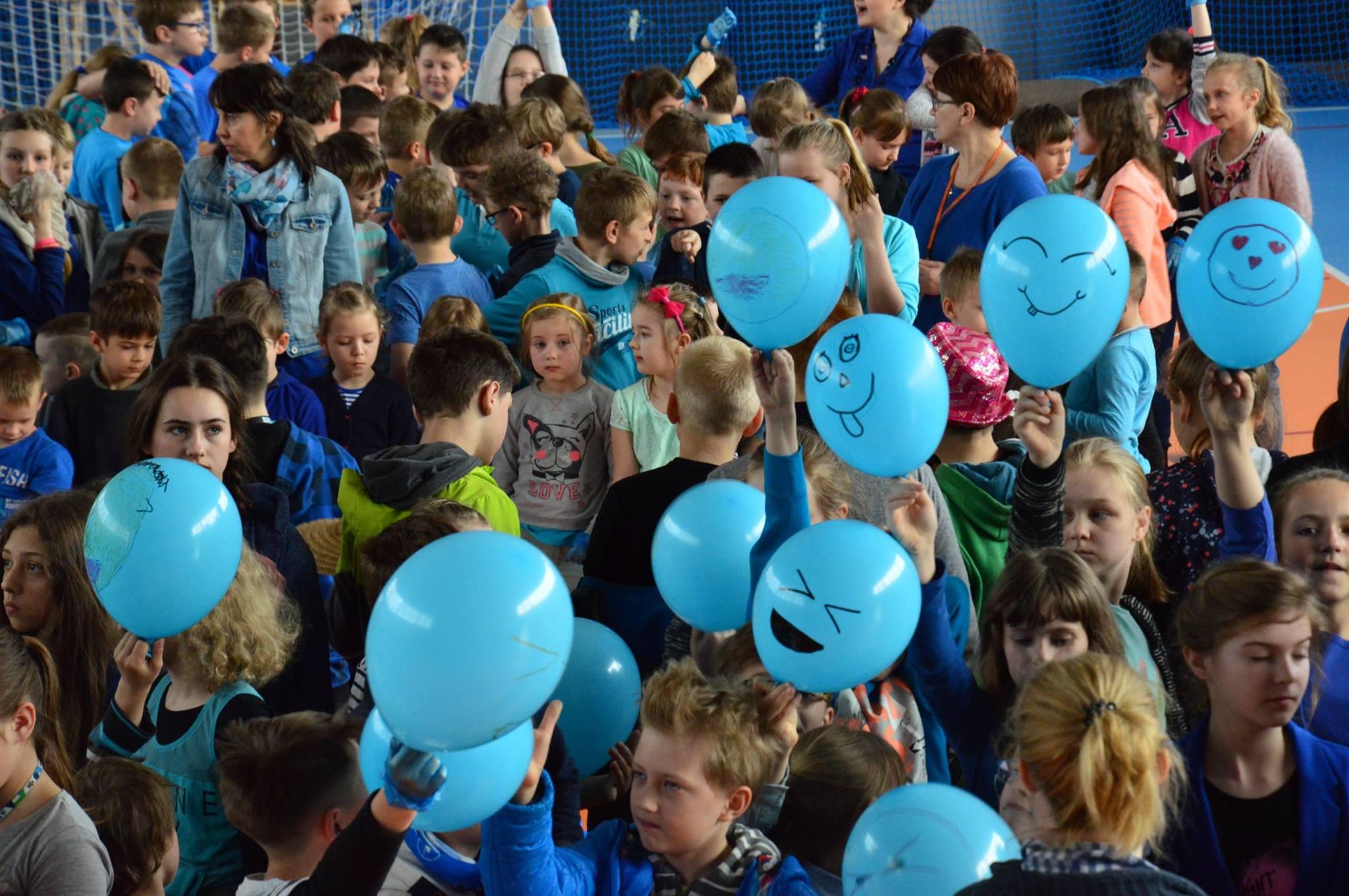 dzieci z balonami