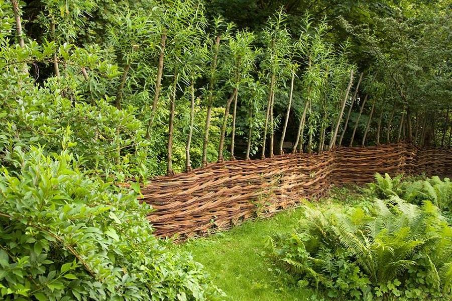 ogród społeczny okolony wiklinowym płotem