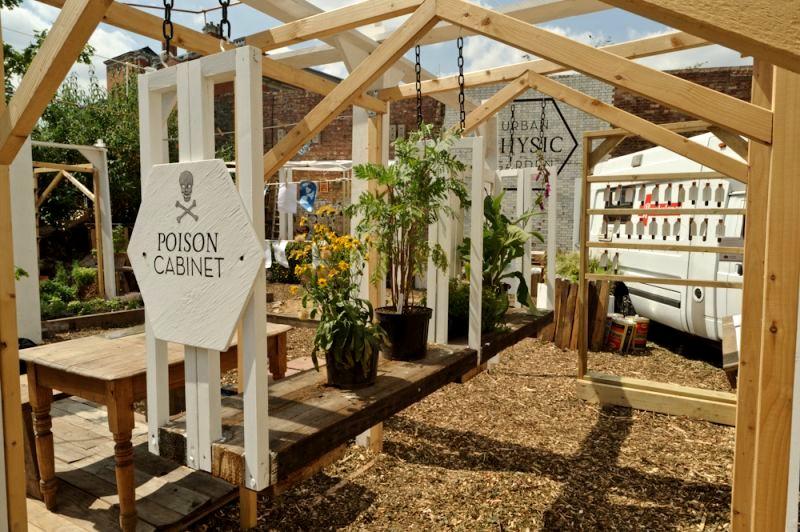 drewniane pergole w ogrodzie społecznym