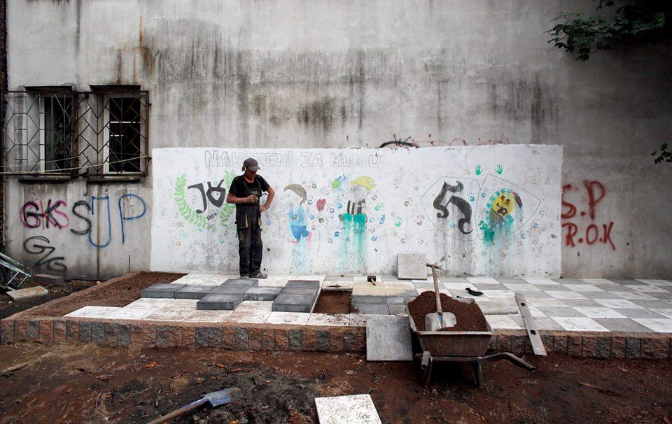 ogród społeczny plac na glanc Czarnieckiego - zdewastowany mur
