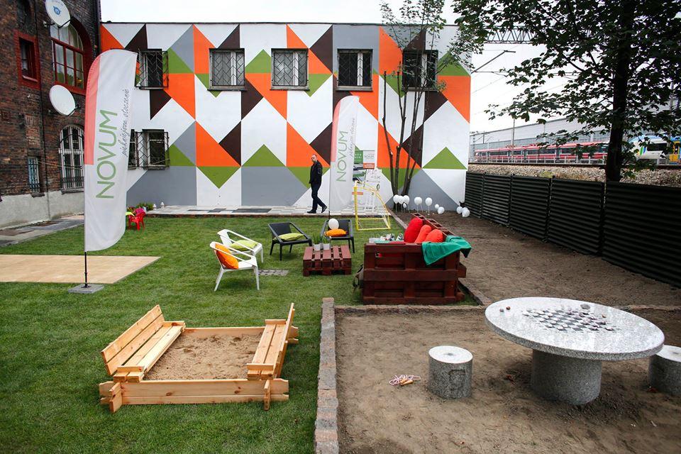 ogród społeczny plac na glanc Czarnieckiego - pomalowana fasada po remoncie