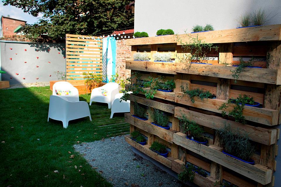 ogród społeczny plac na glanc Kredytowa - zielnik w skrzynkach i fotele dla sąsiadów
