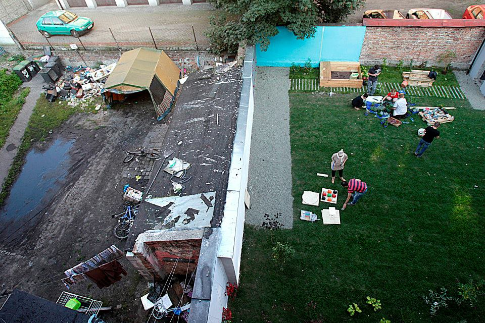 ogród społeczny plac na glanc Kredytowa -po sąsiedzku ze zdewastowanym placem widok z góry