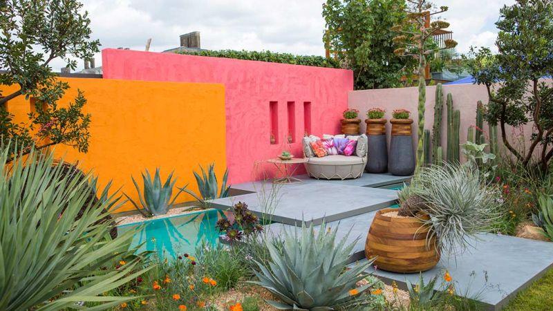 londyn chelsea 2017 - różowo-pomarańczowa ściana w ogrodzie