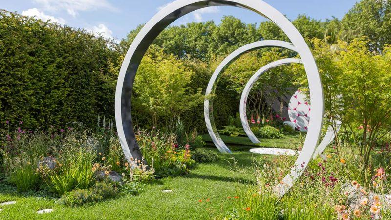 betonowe kręgi w ogrodzie widok z boku - chelsea 2017