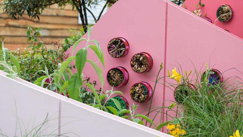 domki dla zapylaczy zamontowane na przegrodach ogrodowych