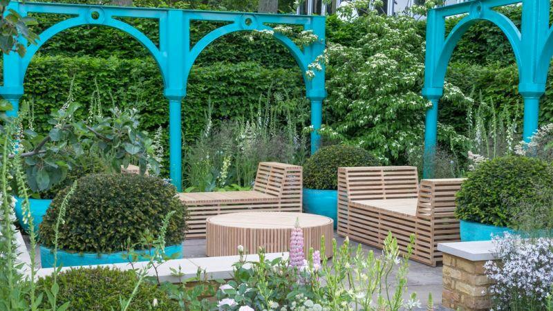turkusowe dodatki upiększają ogród