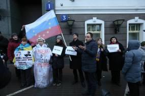 Przed pochodem upamiętniającym Borysa Niemcowa. Na pierwszym planie Aleksiej Domnikov, za nim, z flagą Rosji stoi Igor Szarapow