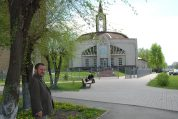 Ksiądz Andrzej przy kościele