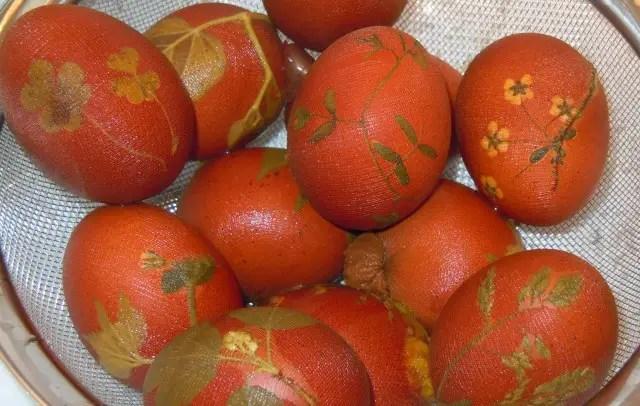 Ostereier mit Kindern basteln - Naturfarben