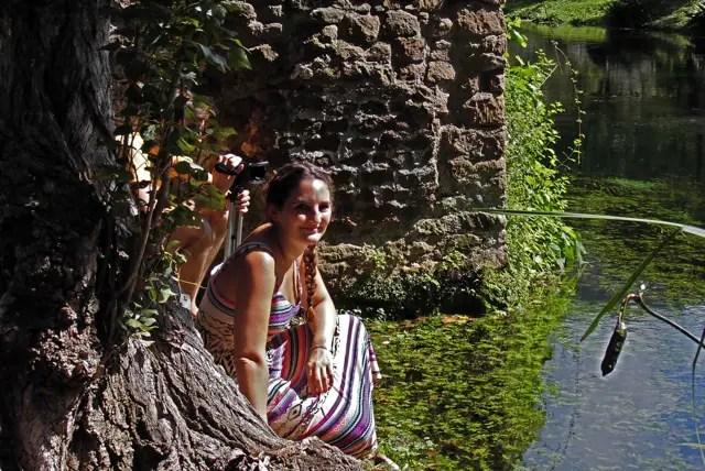 Julia in den Gärten von Ninfa : Italien