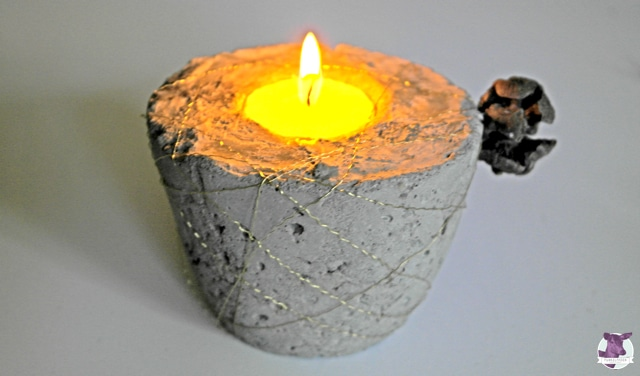 Kerzenständer aus Beton und Goldraht