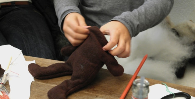 Teddybär nähen - Teddy mit Füllwatte füllen