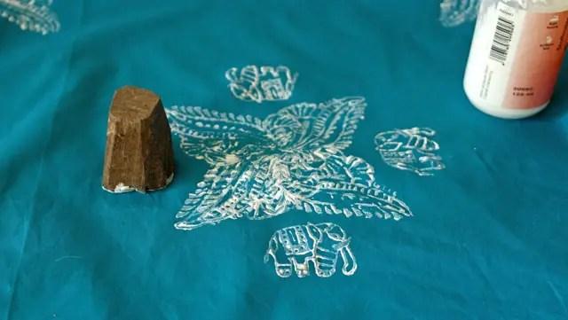 Stoff mit indischen Holzstempeln bestempeln