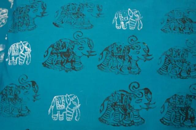Stoff stempeln mit Holzstempeln / Elefanten
