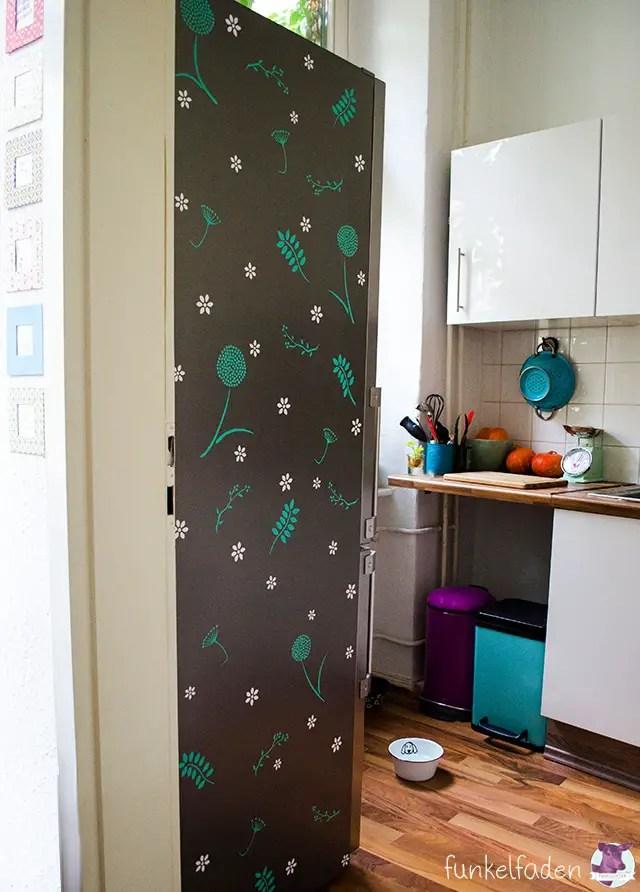 Kühlschrank mit Blumenmustern selber bekleben
