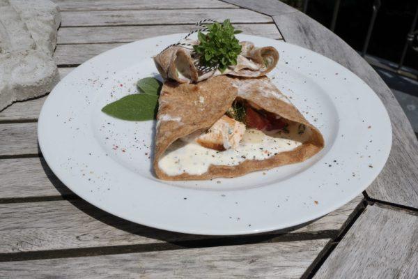 Dinkel-Wraps mit Joghurt-Minz-Soße und Lachs
