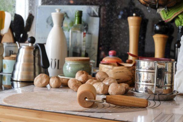 Den Teig aus dem Kühlschrank nehmen und in 8 gleichgroße Stücke teilen, die Stücke zu Kugeln formen und nach und nach auf einer mit Mehl bestäubten Fläche ganz dünn ausrollen.