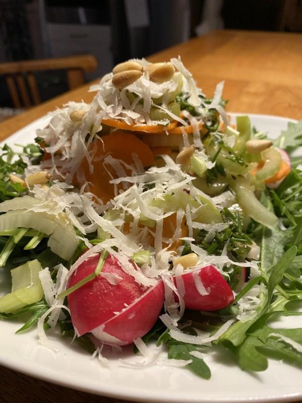 Bunter Blattsalat mit Parmesan