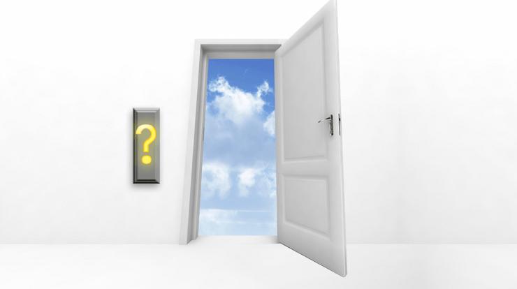 Dörröppnarknapp med frågetecken på, intill en öppen dörr