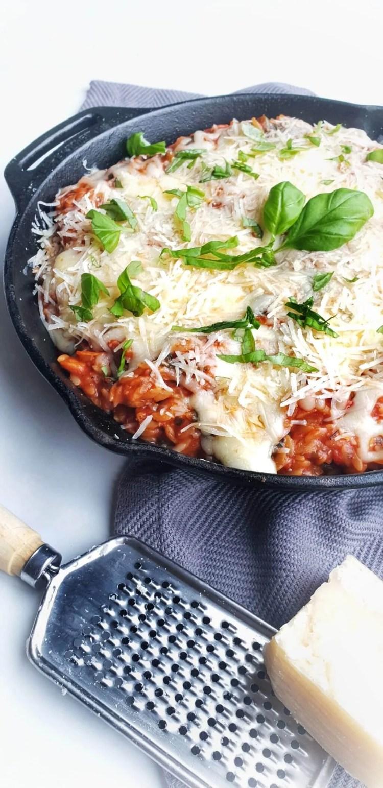 Orzo met kip, tomatensaus en Parmezaanse kaas