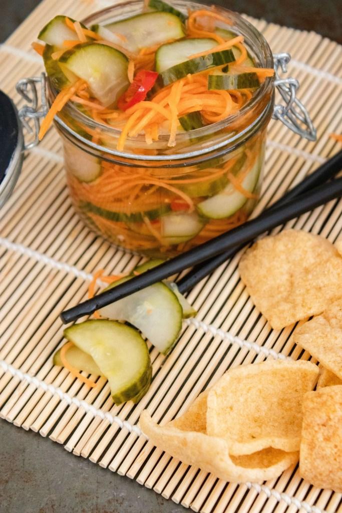 Atjar/ komkommers in zuur