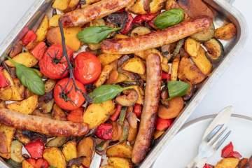Recept Traybake met ovengroente en chipolata worstjes