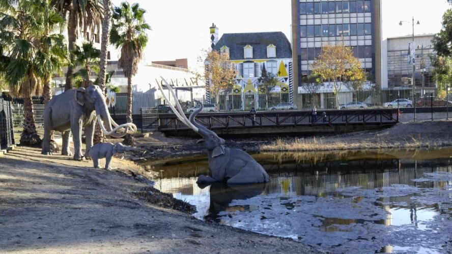 Statue at the Tar pit