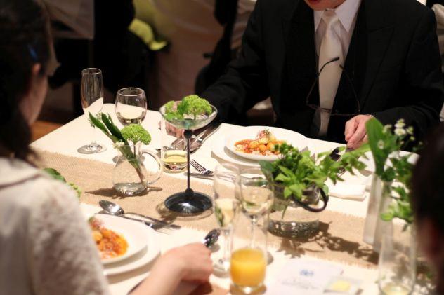 フランス料理でナイフとフォークを手にとる男女