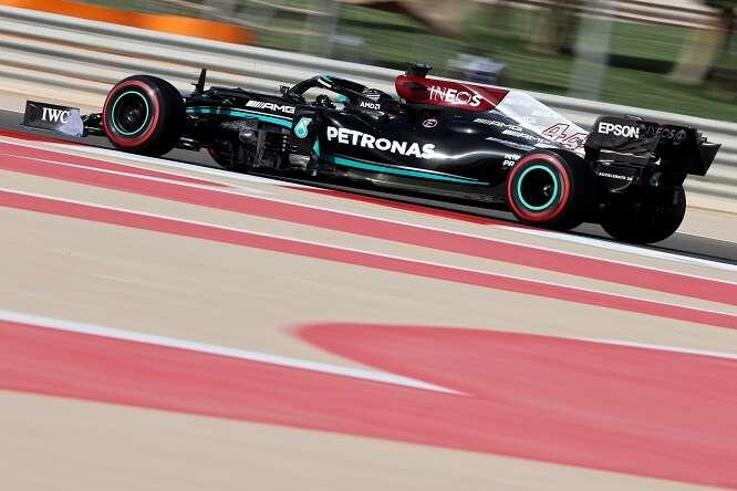 Gara F1: Vince Hamilton davanti a Verstappen:  che confusione con i limiti della pista!