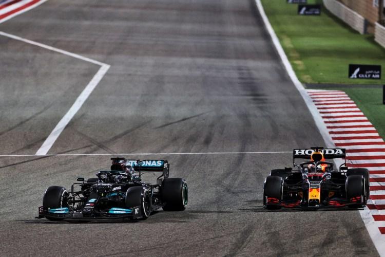 Lewis Hamilron e Max Verstappen in lotta per la prima posizione