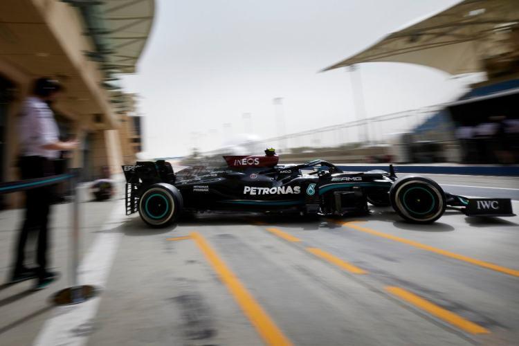 Mercedes in uscita dai box