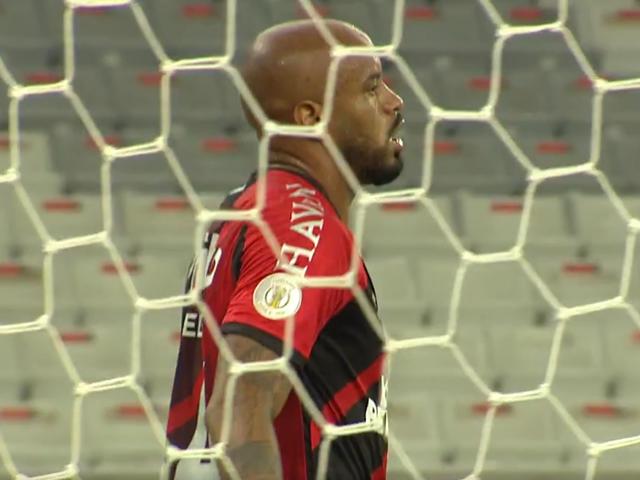 Thiago Heleno lamenta gol contra marcado