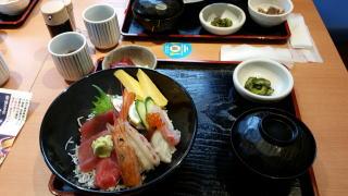 左はうーきちの海鮮丼。生魚が苦手なG2はたれ焼き丼。 ナギー(仮)はいくら丼