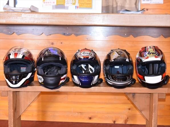 5人のヘルメットを並べて。