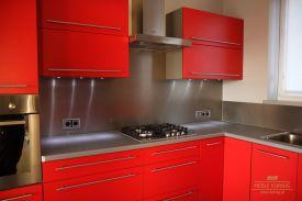 Delikatne lampki ledowe w czerwonej kuchni